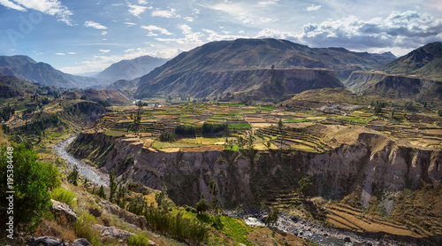 La pose en embrasure Amérique du Sud View of terraced fields and Colca river in Colca Canyon in southern Peru, in Arequipa departement