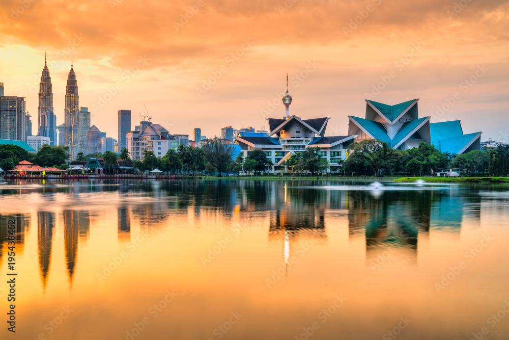Fototapeta Kuala Lumpur, Malaysia. Sunset skyline from Titiwangsa Park.