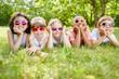 Kinder ruhen sich aus im Gras