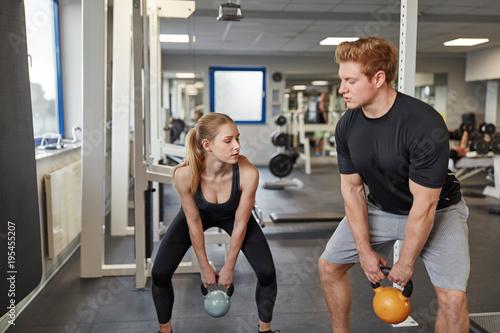 Mann und Frau beim Kettlebell Training