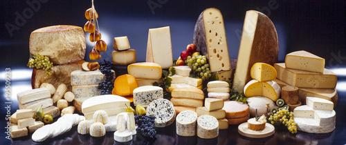 Fototapeta Käsetheke mit über 30 verschieden Käsesorten, dekorativ präsentiert obraz