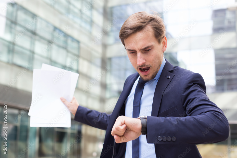 Fototapety, obrazy: Businessman hurrying to meeting