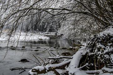 Fototapeta Inspiracje na zimę rzeka w zimowej szacie