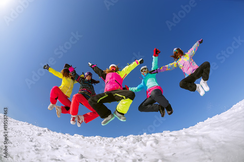 Photo sur Aluminium Glisse hiver Group of friends snowboarders having fun on the top of mountain