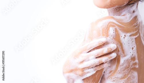 Fotografía  A woman is taking a shower.