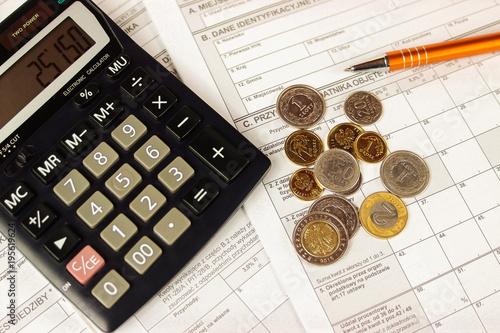 Fototapeta PIT - formularz rozliczenia rocznego, monety, kalkulator  obraz