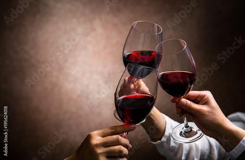 Fotografía toasting with wine glasses