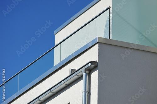 Attika-Profilblech als Mauerschutz und Kasten-Stahl-Dachrinnen am Dachgeschoss e Canvas Print