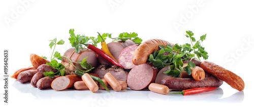 Plakat Różne kiełbasy i wędzone mięsa na białym.