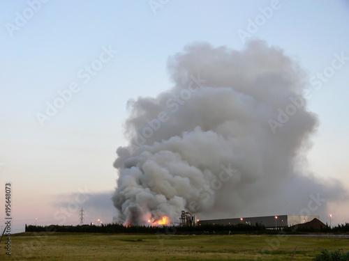 Incendie dans une usine Poster Mural XXL