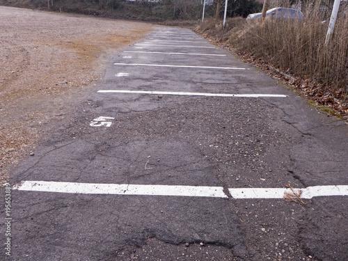 Fotografie, Obraz  Ein großer Platz mit Schotter wird auch Parkplatz genutzt