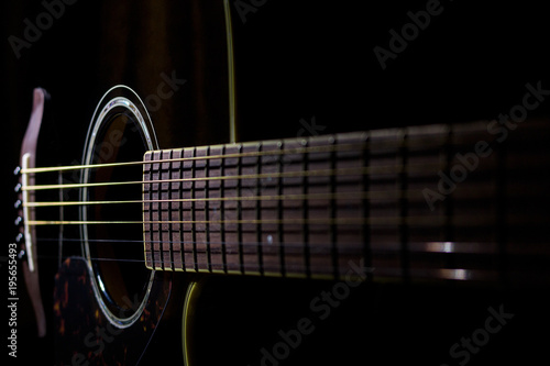 Fotografia, Obraz  Chitarra acustica su fondo nero