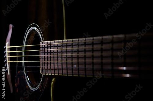 Valokuva  Chitarra acustica su fondo nero