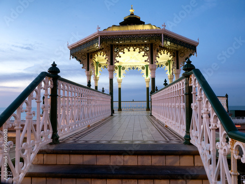 Photo bandstand on Brighton seafront at dawn