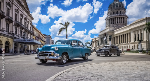 Photo sur Aluminium Vintage voitures HDR - Blauer amerikanischer Oldtimer fährt am Capitolio durch Havanna Kuba - HDR - Serie Kuba Reportage