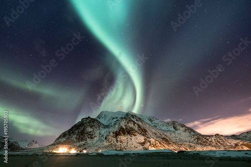 Foto auf Gartenposter Nordlicht Northen light under mountains. Beautiful natural landscape in the Norway