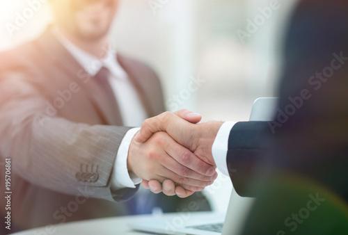 Láminas  closeup .handshake of business partners above the Desk