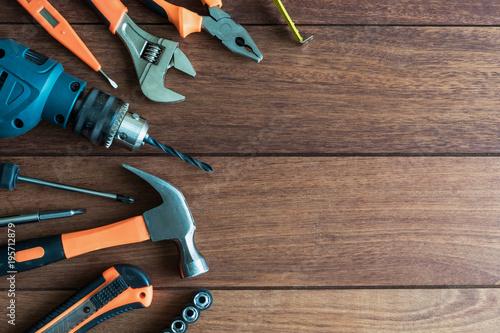 Zestaw narzędzi pracy na tle drewniane