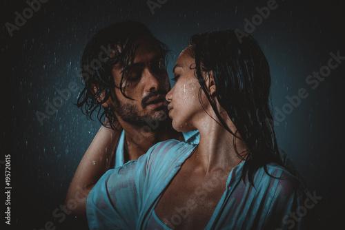 Fotografía Couple sharing romantic moments under the rain