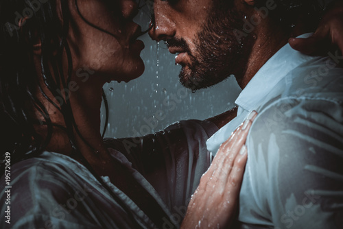 Photo Couple sharing romantic moments under the rain