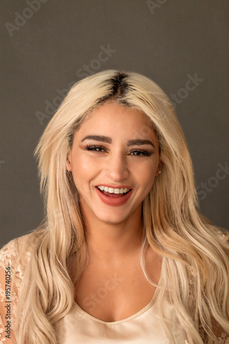 Photo  Beautiful blonde woman portrait smiling while looking at camera