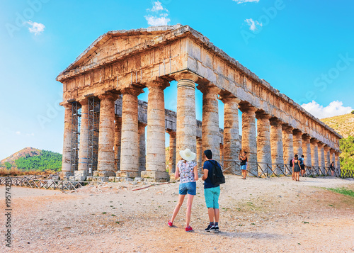Fotografia, Obraz Young couple at Doric temple in Segesta in Sicily