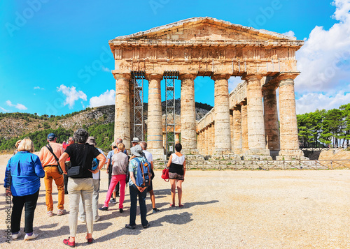 Fotografie, Obraz  Tourists at Doric temple in Segesta in Sicily