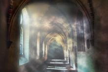 Klostergang Mit Kreuz