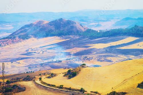 Plakat Krajobraz dolina z ogieniami przy polami Enna prowincja Sicily