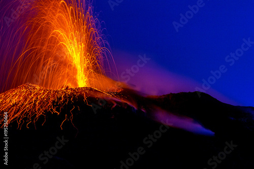 Foto active volcano spraying lava into the night on Stromboli island in Italy