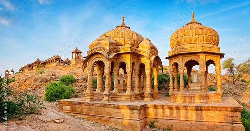 Photo  The royal cenotaphs of historic rulers, also known as Jaisalmer Chhatris, at Bada Bagh in Jaisalmer, Rajasthan, India