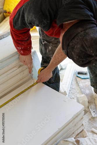 Platrier montant une cloison en carreaux de platre - Plaquiste