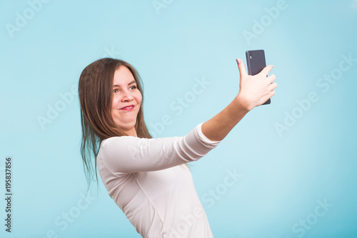 Платно April fools day concept - fool crazy woman make selfie