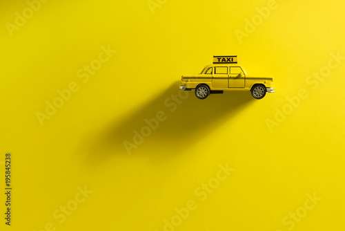 Montage in der Fensternische New York TAXI Taxi cab on a yellow background.