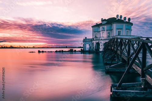 Photo Breathtaking Sunset at Casina Vanvitelliana, Fusaro Lake, Bacoli, Naples