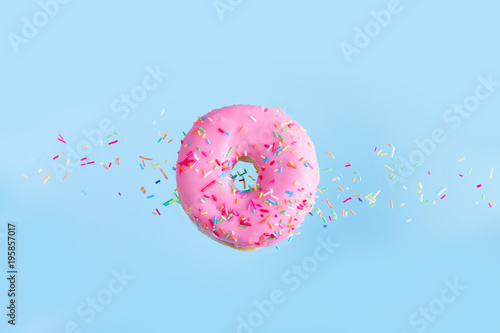 Photo  flying doughnuts on blue