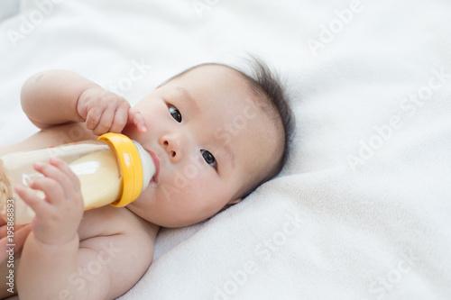 ミルクを飲む赤ちゃん Canvas-taulu
