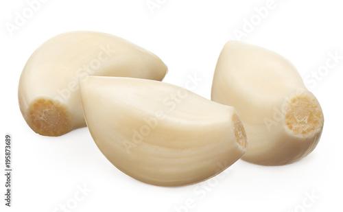 Fotografía  Three peeled cloves of garlic isolated on white