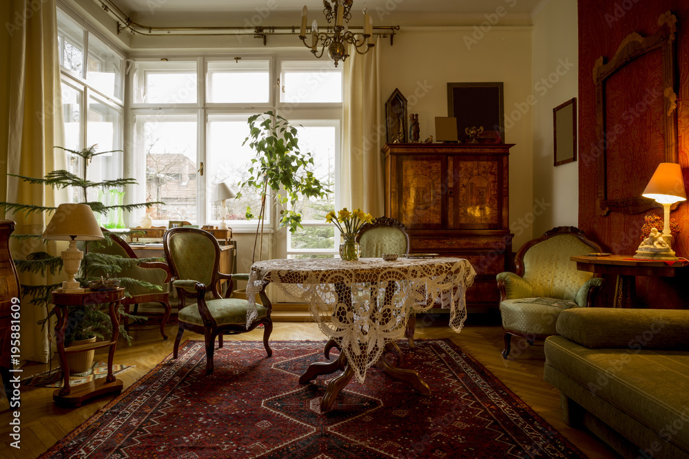 Old-fashioned sitting room with antique furniture Foto ...
