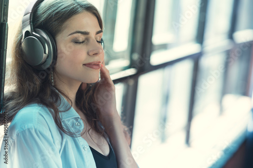 Foto  Beautiful girl listening to music on headphones