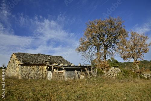 Valokuva ANTIQUE OLD STONED SHEEPFOLD ON CAUSSE DE SAUVETERRE, LOZERE