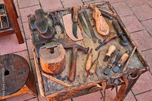 Photo old tools of the shoemaker