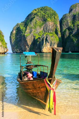 Fototapeta Longtail boat anchored at Maya Bay on Phi Phi Leh Island, Krabi Province, Thaila