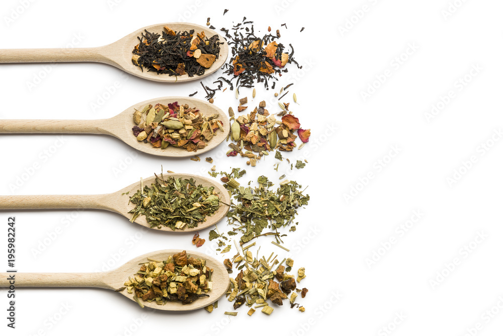 Photo  variety of tea blend on wooden spoon on white background