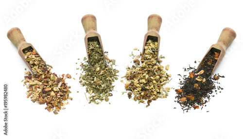 Photo  variety of tea blend in wooden scoop on white background