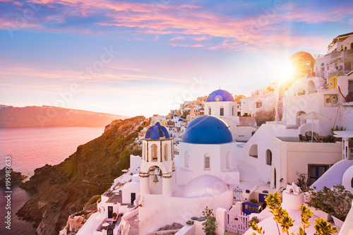 La pose en embrasure Santorini Sunset view of the blue dome churches of Santorini, Greece.