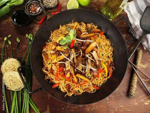 Wok mit Nudeln, Gemüse und Tofu