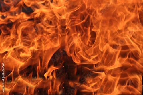 Fotobehang Vuur Lodernde knisternde Flammen, ein heißes Feuer brennt