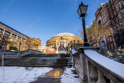 Photo The entrance of the Royal Albert Hall in London, UK covered in snow