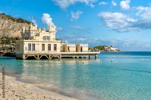 Fototapeta premium Widok na Charleston, plażę Mondello nad morzem w Palermo na Sycylii we Włoszech